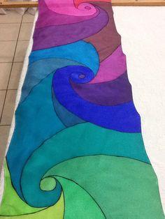 Pañuelo de seda pintado a mano por Patricia Bueso F. Fabric Painting, Fabric Art, Silk Fabric, Colored Pencil Artwork, Diy Scarf, Silk Art, Scarf Design, Painting Lessons, Linocut Prints