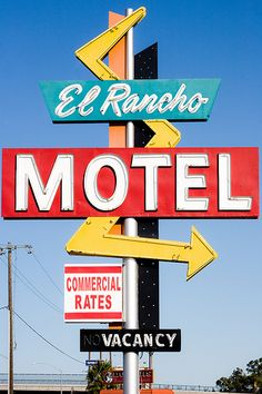 Old motel signs are the best. Old Neon Signs, Vintage Neon Signs, Old Signs, School Signage, Thelma Et Louise, Retro Signage, Vintage Hotels, Googie, Aesthetic Vintage