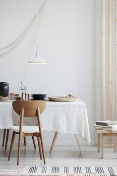 Tyylikäs ja ajaton Limente Kuura -riippuvalaisin on loistava valinta vaikkapa ruokapöydän päälle asennettuna. #Limente #LED #kuura #valaistus #keittiönvalaistus #skandinaavinenkoti Beige Living Rooms, Living Room Interior, Modern Dining Chairs, Dining Room Table, Interior Photo, Traditional Design, Modern Furniture, Led, Koti