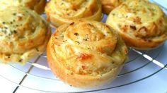 cheese onion bread Ingredients for 12 large or 24 small sandwiches 500 gr flour 1 sachet of dried yeast . I Love Food, Good Food, Yummy Food, Vegetarian Recepies, Onion Bread, Eat Lunch, Unprocessed Food, High Tea, Breakfast Recipes