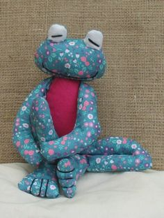 Sewing Men Projects Fritz Frog soft toy sewing pattern at Makerist Sewing Men, Sewing Toys, Baby Sewing, Sewing Crafts, Love Sewing, Sewing Stuffed Animals, Stuffed Animal Patterns, Sewing Projects For Kids, Sewing For Kids