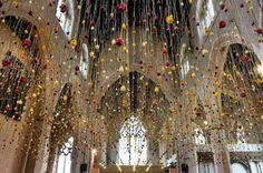 Migliaia di fiori sospesi sopra la tua testa: le installazioni di Rebecca Louise Law. #art #flowers