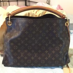 Authentic Louis Vuitton Artsy MM Willing to sell it for $1200 on PP. it is in very good condition and comes from a non smoking environment. Don't have receipt but comes with dustbag. sorry but PRICE IS FIRM Date Code is CR4069. - 6 patch pockets - 1 long zipped pocket - 1 D-ring for keys and pouches - 1 bag charm that can be used inside as a key-hanger - Protective bottom studs Louis Vuitton Bags Shoulder Bags