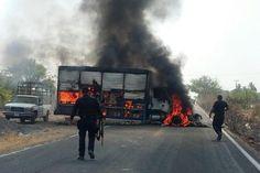 De acuerdo con reportes extraoficiales, sujetos armados se apoderaron de tráilers de carga y vehículos repartidores, mismos que atravesaron en las carreteras de Apatzingán a Aguililla, Cenobio Moreno y Buenavista, ...