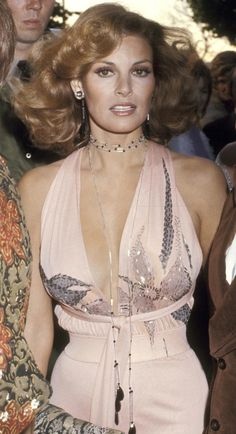 Makeup Raquel Welch--love the hair and makeup at the Oscars, 1974 - Did any of your favorites make the list? Rachel Welch, Pantalon Elephant, 70s Fashion, Vintage Fashion, Style Fashion, Robes D'oscar, Style Année 70, Boho Style, 70s Mode