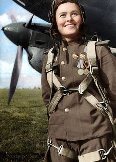Гвардии капитан, заместитель командирa эскадрильи 125-го гвардейского бомбардировочного авиационного полка 4-й гвардейской бомбардировочной авиационной дивизии Мария Долина у самолета Пе-2.