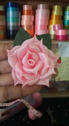 How to Make Giant Paper Flowers to Decorate Your Event Diy Ribbon Flowers, Satin Ribbon Flowers, Kanzashi Flowers, Fabric Roses, Ribbon Art, Ribbon Crafts, Fabric Ribbon, Flower Crafts, Paper Flowers