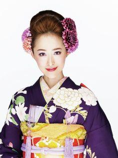 花びらの先がほんのり白に染まった優美なダリアを左右にたっぷりあしらって。きっちりと結い上げた日本髪風アップと好相性で、クラシカルな表情に。 ...