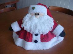Acompanha a parte de plástico.  Pode ser feito em xadrez ou vermelho poá.  tecidos 100% algodão, carapinha, com barba de lã.  O tecido pode ser modificado, onde usaremos um similar ao da foto, caso não tenha mais em estoque.  Você pode remover o papai noel e utilizar outros motivos de cobre bolos... Christmas Images, Christmas Crafts, Christmas Decorations, Christmas Things, Diy And Crafts, Christmas Aprons, Cloth Doll Making, Christmas Ornaments, Bathroom Sets