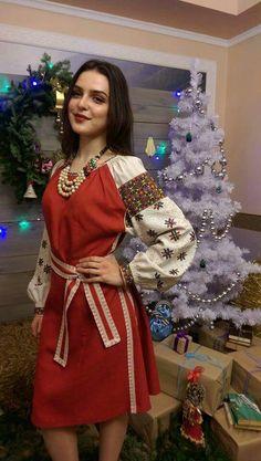 українські сучасні шати  - вишита сукня і коралі