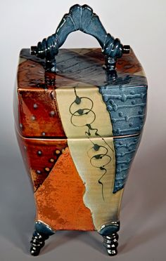 Absolutely wonderful lidded piece of pottery! Hand Built Pottery, Slab Pottery, Ceramic Pottery, Pottery Art, Ceramic Boxes, Ceramic Jars, Ceramic Clay, Slab Boxes, Clay Box