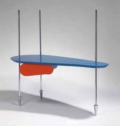 ** MENDINI Alessandro (né en 1931) pour Studio ALCHIMIA  Bureau à plateau de forme organique laqué bleu ouvrant à un tiroir à façade laquée orange. Il repose sur trois pieds lance en acier chromé. Circa 1985. 150 x 157 x 80 cm - Camard & Associés - 31/03/2010