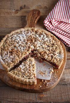 Μια πολύ νόστιμη τάρτα με τριφτή βάση και καρδιά από μαρμελάδα κόκκινων φρούτων. Η φουντουκένια ψημένη κρέμα που καλύπτει τη μαρμελάδα κάνει τη γευστική διαφορά. Greek Desserts, Greek Recipes, Candy Crash, Fruit Pie, Sweet Tarts, Tea Time, Cooking Recipes, Sweets, Bread