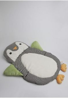 Incredibly soft and cuddly, this oh-so-adorable penguin play mat is perfect for playtime or quick changes when you're on the go!
