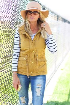 Adorable fall outfit - Love the mustard vest with black and white striped shirt underneath! Fall Winter Outfits, Autumn Winter Fashion, Spring Outfits, Fashion Fall, Fashion Boots, Fashion Trends, Western Outfits, Outfits With Striped Shirts, Outfits With Vests