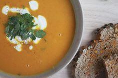 Das ist das dritte Rezept in meinem persönlichen Kürbismonatund ich glaube es ist mein Liebstes. Im Oktober ist Kürbissuppe ein Muss bei mir. Am besten schön cremig und mit ein bisschen Curry.…