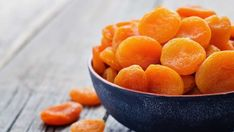 Dried fruit is the perfect health food snack, but many brands contain scary sulfites like sulfur dioxide. Avoid the food additive by making DIY dried fruit. Dried Apricots, Dried Fruit, Lunch Snacks, Yummy Snacks, Delicious Food, Apricot Health Benefits, A Food, Good Food, La Constipation