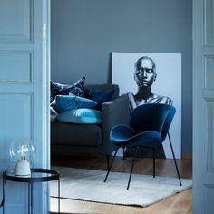 Denne deilige dypblå  loungestolen har en behagelig passform som gjør den  god å sitte i. De ovale formene og stramme bena gir stolen en tidløst 361e639ca200c