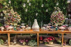 Decoração criada por Flores de Maria.O casamento de Manuella e Tiago, publicado no Euamocasamento.com. As fotos são de Renata Xavier. #euamocasamento #NoivasRio #Casabemcomvocê