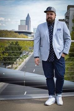Let's figure out the outfit of our Plus Size Man of the day. Découvrons le look de notre homme grande taille du jour.