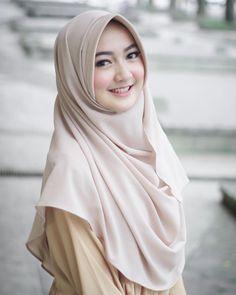 Pashmina instan by 💕 hiii muka kesenengan liat makanan, selam Beautiful Muslim Women, Beautiful Girl Image, Beautiful Hijab, Hijab Niqab, Hijab Chic, Muslim Hijab, Hijabi Girl, Girl Hijab, Muslim Fashion