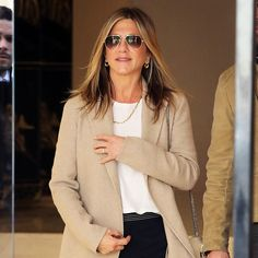 Winning Formula: The Outfit Jennifer Aniston Keeps In Rotation - Jennifer Aniston Style Airport Outfit - Jennifer Aniston Long Bob, Jennifer Aniston Style, Girl Haircuts, Chic Outfits, Fashion Beauty, Celebrity Style, Short Hair Styles, Hair Cuts, My Style