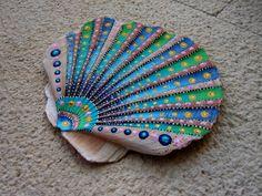 12,5 cm - 11 cm Acryl, inchiostro e vernice su un guscio di vero e proprio oceano. Per lo più realizzati con uno stuzzicadenti, e un sacco di passione,