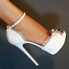 Zapato de tacon blanco muy elegante con encaje en los bordes como acabado muy sexy