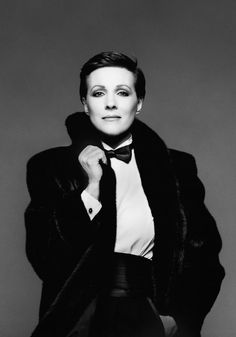 15 Times Julie Andrews Proved She Is Queen Of The Universe Julie Andrews (Film and stage actress, singer, author, theatre director, and dancer.) Photo by Richard Avedon Richard Avedon, Robert Mapplethorpe, Divas, Annie Leibovitz, Julia Roberts, Classic Hollywood, Old Hollywood, Victor Victoria, Bert Stern