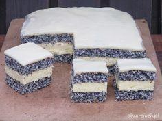 Delikatne makowo - kokosowe ciasto przełożone kremem budyniowym z cytrynową nutą i polane polewą z białej czekolady. Idealne zamiast ciężkich, miodowo bakaliowych makowców, będzie hitem tegorocznych świąt