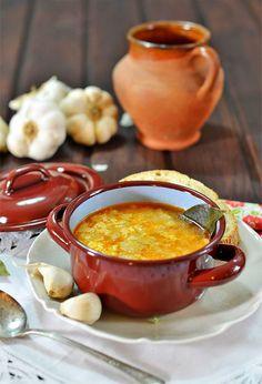 Sopa Castellana - Sopa de Ajo 4 cucharadas de aceite Pan del día anterior, una media barra. 1 litro de agua Un huevo Pimentón dulce Sal laurel 1 diente de ajo grande o dos pequeños