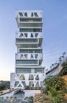 De vijftig meter hoge toren staat op een prominent zichtbare plek aan de rand van het centrum van Beiroet.