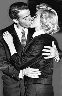 Wedding day for Marilyn Monroe & Joe DiMaggio, San Francisco, January 1954 Marilyn Monroe Wedding, Norma Jean Marilyn Monroe, Marilyn Monroe Photos, Hollywood Stars, Classic Hollywood, Old Hollywood, Hollywood Couples, Hollywood Glamour, Joe Dimaggio
