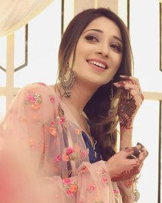 Look Your Absolute Best With These Beauty Tips Girl Hand Pic, Cute Girl Photo, Girl Photo Poses, Girl Photography Poses, Girl Poses, Stylish Girls Photos, Stylish Girl Pic, Asian Wedding Dress Pakistani, Pakistani Dresses