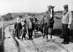 The Parish Constable August Ländin and others at a horse and carriage on a country road at Åkeshov. 1930s.