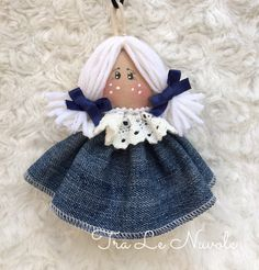 Necklace pendant with doll can also be used as a brooch Ornament Crafts, Handmade Ornaments, Handmade Decorations, Handmade Crafts, Christmas Crafts Sewing, Sewing Crafts, Blue Jean Quilts, Felt Christmas Decorations, Angel Crafts
