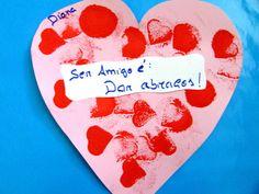 """O Dia de São Valentim é o Dia da Amizade no Colégio de Alfragide.  Ao longo da semana, de 9 a 13 de fevereiro de 2015, as meninas e os meninos do colégio desenvolveram uma série de atividades alusivas ao tema.   Na sala dos 2 e 3 anos, do pré-escolar, as meninas e os meninos disseram o que é para elas e eles """"Ser amigo"""".  #colegiodealfragide #amadora #portugal #diasaovalentim #preescolar2e3anos"""