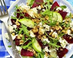 Salade de pommes, betteraves, féta et noisettes : http://www.fourchette-et-bikini.fr/recettes/recettes-minceur/salade-de-pommes-betteraves-feta-et-noisettes.html