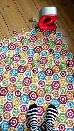 Renkli motiflerle işlenilmiş örgü battaniye