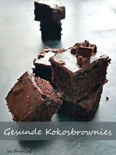 These juicy coconut brownies consist of coconut flour and a lot of cocoa. There is also a vegan version. The recipe is ready to go! The post Healthy coconut brownies appeared first on Daisy Dessert. Chewy Brownies, Coconut Brownies, Healthy Brownies, Vegan Brownie, Healthy Cake, Healthy Desserts, Chocolate Brownies, Avocado Brownies, Protein Brownies