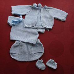 Conjunto completo en perlé. Hecho a mano. Compuesto de chaquetita de manga corta, abriguito de pompones, braguita y zapatitos