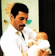 1983 - Freddie Mercury with his godson 'Freddie Mack' (Reinhold Mack's son), the day of baptism (Reinhold Mack is a German record producer and sound engineer, mostly known for his collaborations with rock band Queen). John Deacon, Bryan May, Roger Taylor, Memes, Queen Photos, Queen Freddie Mercury, Freddie Mercury Parents, Freddie Mercury Last Days, We Will Rock You