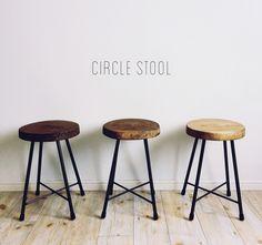 circle stoolは、手作り感のある優しいデザインと、座りごごちの良さが特徴です。当店のstoolは可愛い見た目以上にしっかりとしたアイアンフレームを使用しております。天板には無垢の杉板を使用しておりますので、長く使うほどに味わいが出てまいります。...