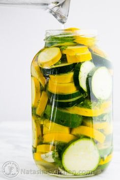These are similar to refrigerator pickles except they are zucchini! It's brilliant and delicious! The zucchini stay crisp to the bite even after… Canning Squash, Canning Zucchini, Zucchini Pickles, Pickled Zucchini, Recipe Zucchini, Pickled Squash Recipe, Pickled Vegetables Recipe, Canning Pickles, Canning Beets