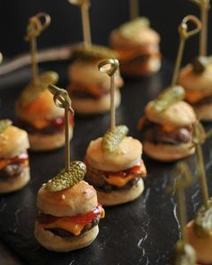 Wedding Food – Canapé Ideas - Love these mini burgers! - Cordula Mattutat - Wedding Food – Canapé Ideas - Love these mini burgers! Wedding Food – Canapé Ideas - Love these mini burgers! Mini Hamburgers, Cheeseburgers, Yummy Food, Tasty, Yummy Lunch, Healthy Food, Snacks Für Party, Mini Foods, Food Presentation