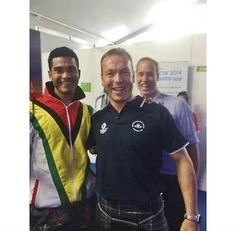 Pin for Later: Diese 19 prominenten Photobomben zaubern definitiv ein Lächeln auf euer Gesicht Prinz William Der Prinz konnte sich sein Lachen auch nicht verkneifen, als er bei den Commonwealth Games 2013 eine Fotobombe auf Radfahrer Chris Hoy ansetzte.