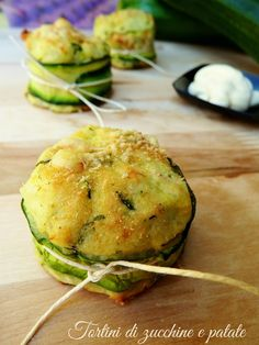 Tortini di zucchine e patate Raw Food Recipes, Italian Recipes, Healthy Recipes, Weird Food, Vegetable Dishes, Creative Food, Food Hacks, Finger Foods, Food Inspiration