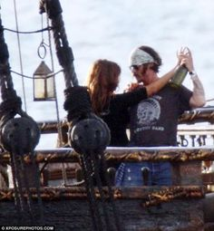 Johnny Depp and Penelope Cruz were on a boat in Hawaii to practice dancing scenes for Pirates of the Caribbean 4 yesterday. Jhoni Deep, Johnny Depp Joven, Junger Johnny Depp, On Stranger Tides, Elizabeth Swann, Young Johnny Depp, Z Cam, Penelope Cruz, Dance Moves