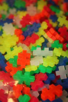 Plus-Plus brikker i neon farver. Køb dem på Legebyen.dk #plus-plus-mini #plusplus #neon