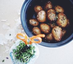 Timjamissa paahdettuja perunoita - Roasted potatoes with thyme